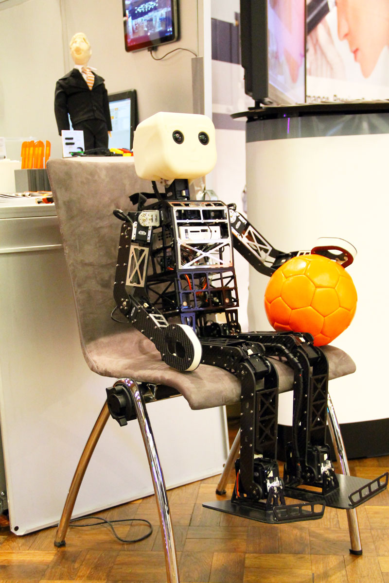 robot_with_basketball