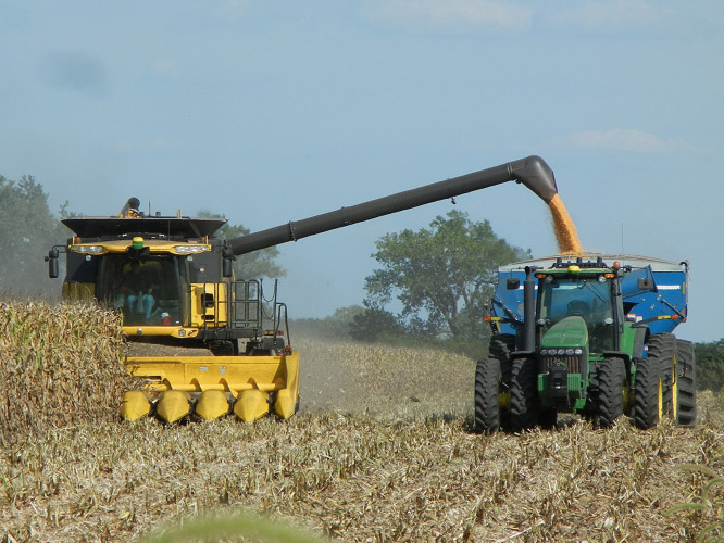 The-Kinze-Autonomous-Grain-Cart-system-working-with-a-combine-in-2012