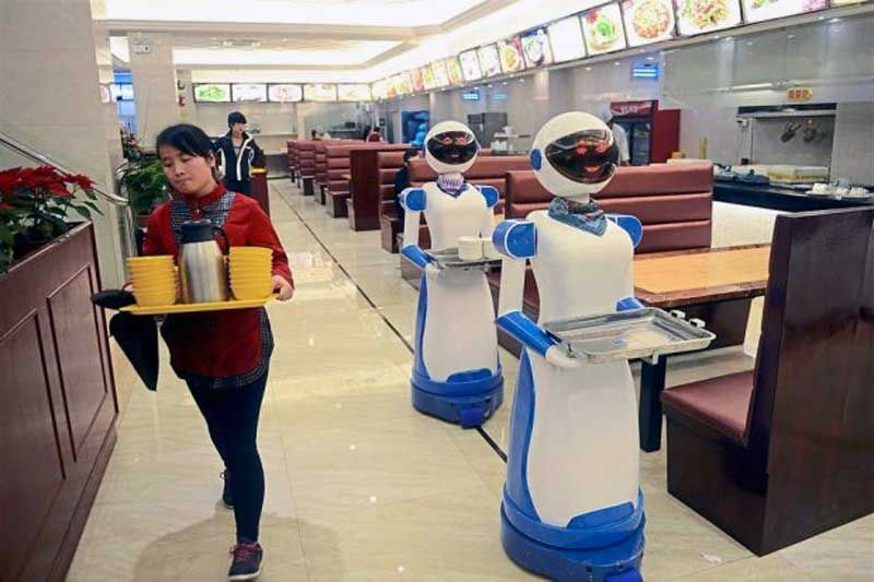 Robot-waiters-in-China_800_533_80
