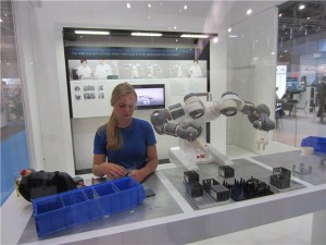 automatica_2012_dual-arm-concept-robot_presentation-300x225