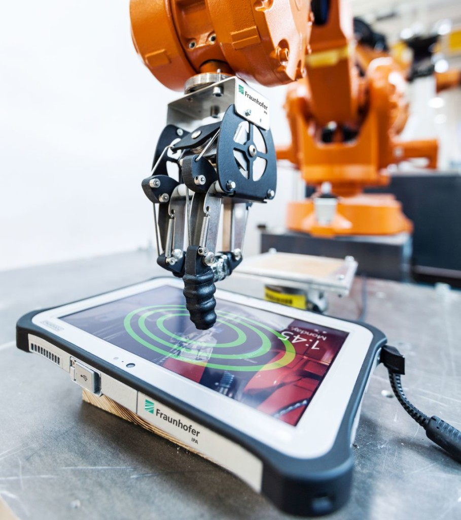 The developed robot system is capable of simulating thousands of typical usage scenarios on any kind of device with a human-machine interface, such as a touchscreen. (Source: Fraunhofer IPA/Photo: Rainer Bez)
