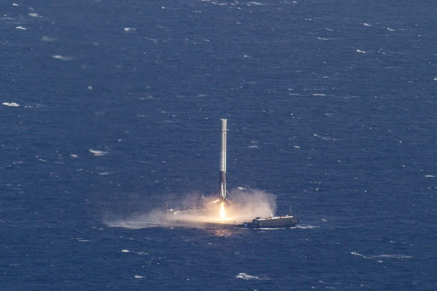 Falcon 9 landing on drone ship. Source: Spacex/Flickr